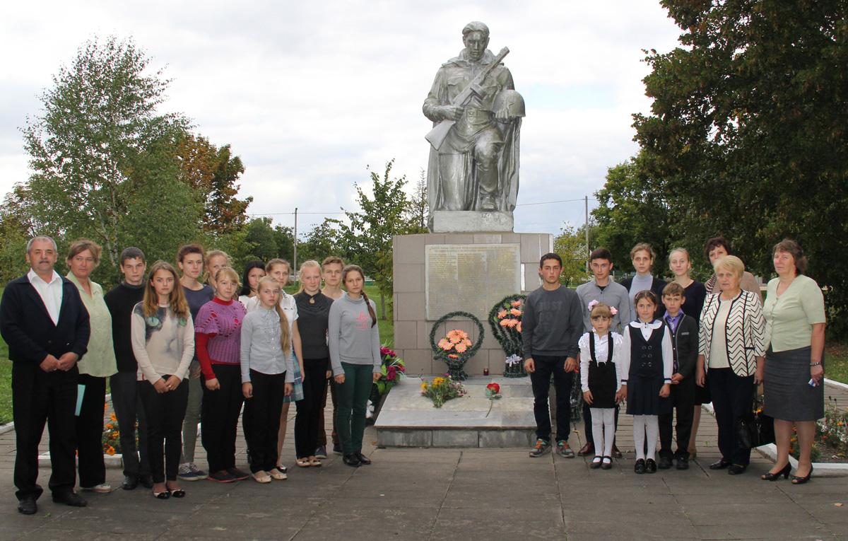 Около памятника