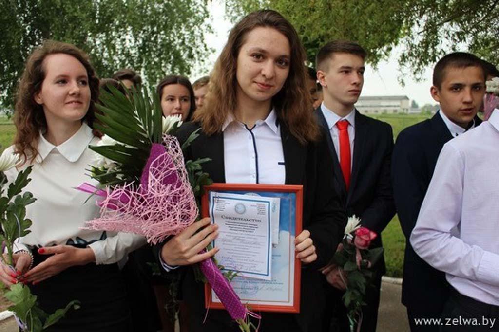 Зельвенский школькникам вручили стипендии фонда мира